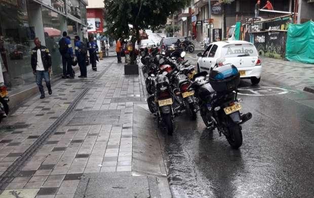 Mal parqueo de motocicletas en centro de Armenia perjudica a ciudadanos y conductores