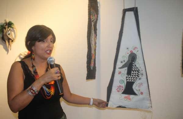 La artista quindiana Mercy Rojas Arias explicó el significado de cada una de las obras expuestas.